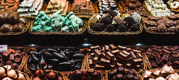 12_kaboompics_Sweets-store-at-Boqueria-market-place-in-Barcelona,-Spain.-Assorted-chocolate-candy-shop._rev