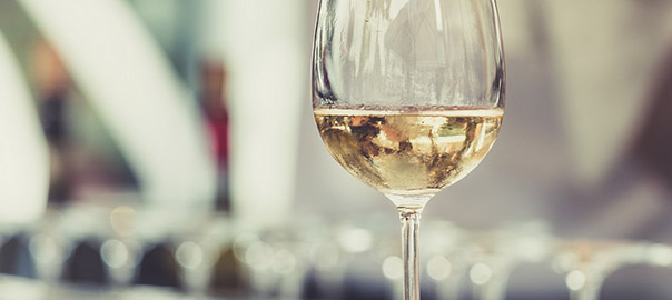 09_negative-space-glass-white-wine-thomas-martinsen_rev